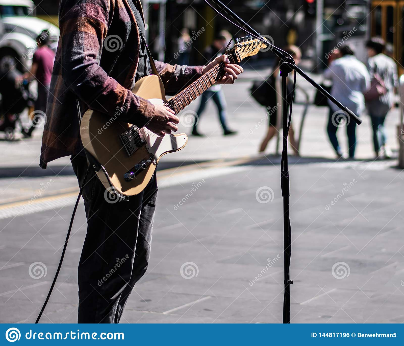 Musicista della via che gioca chitarra