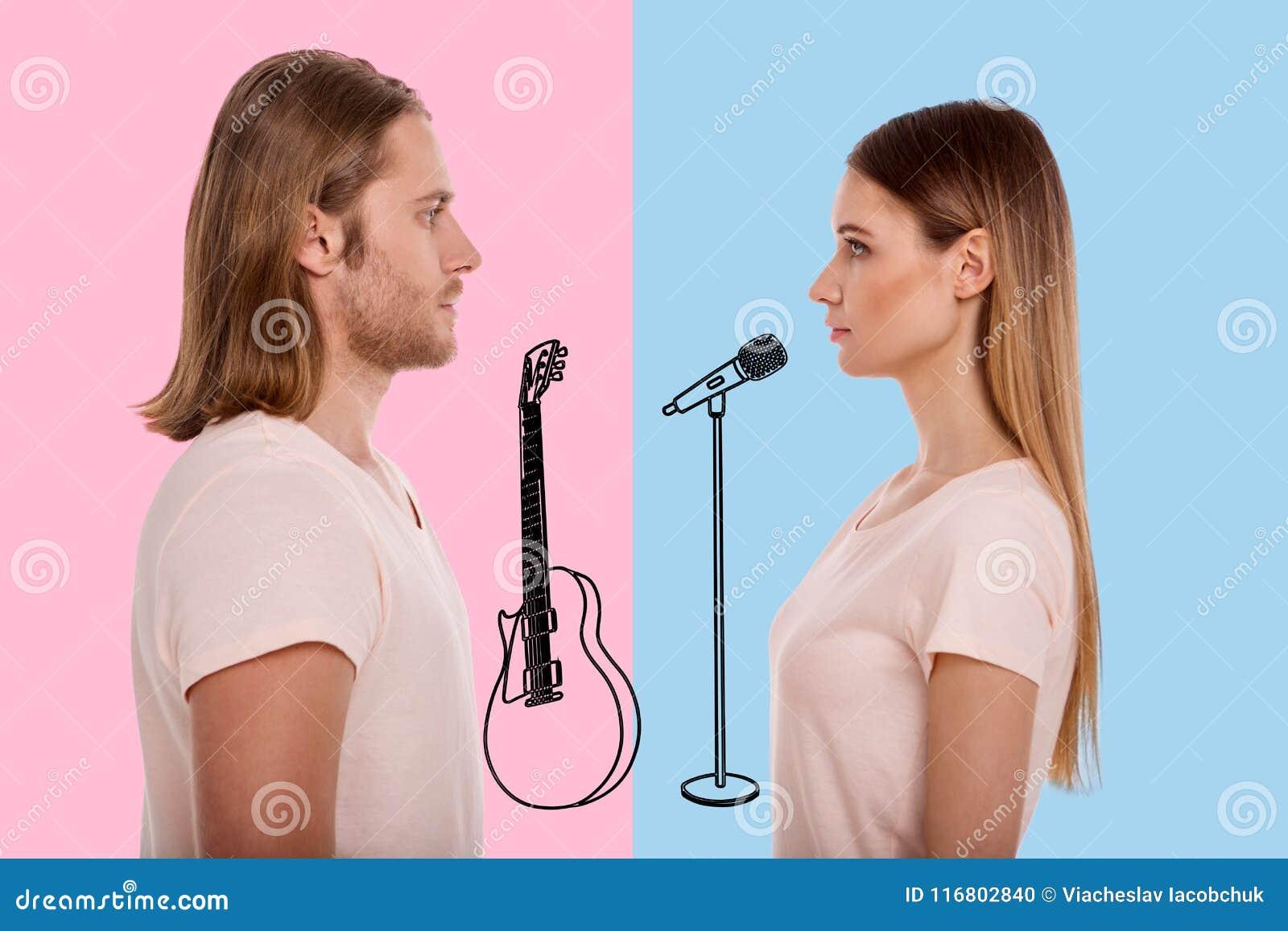 Musicisti calmi che se esaminano mentre stando sulla fase