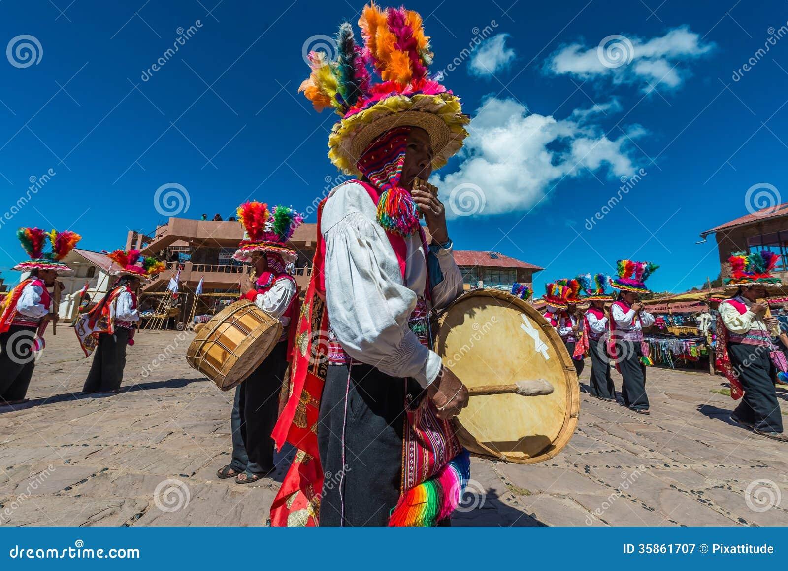 Musicisti e ballerini nelle Ande peruviane a Puno Perù