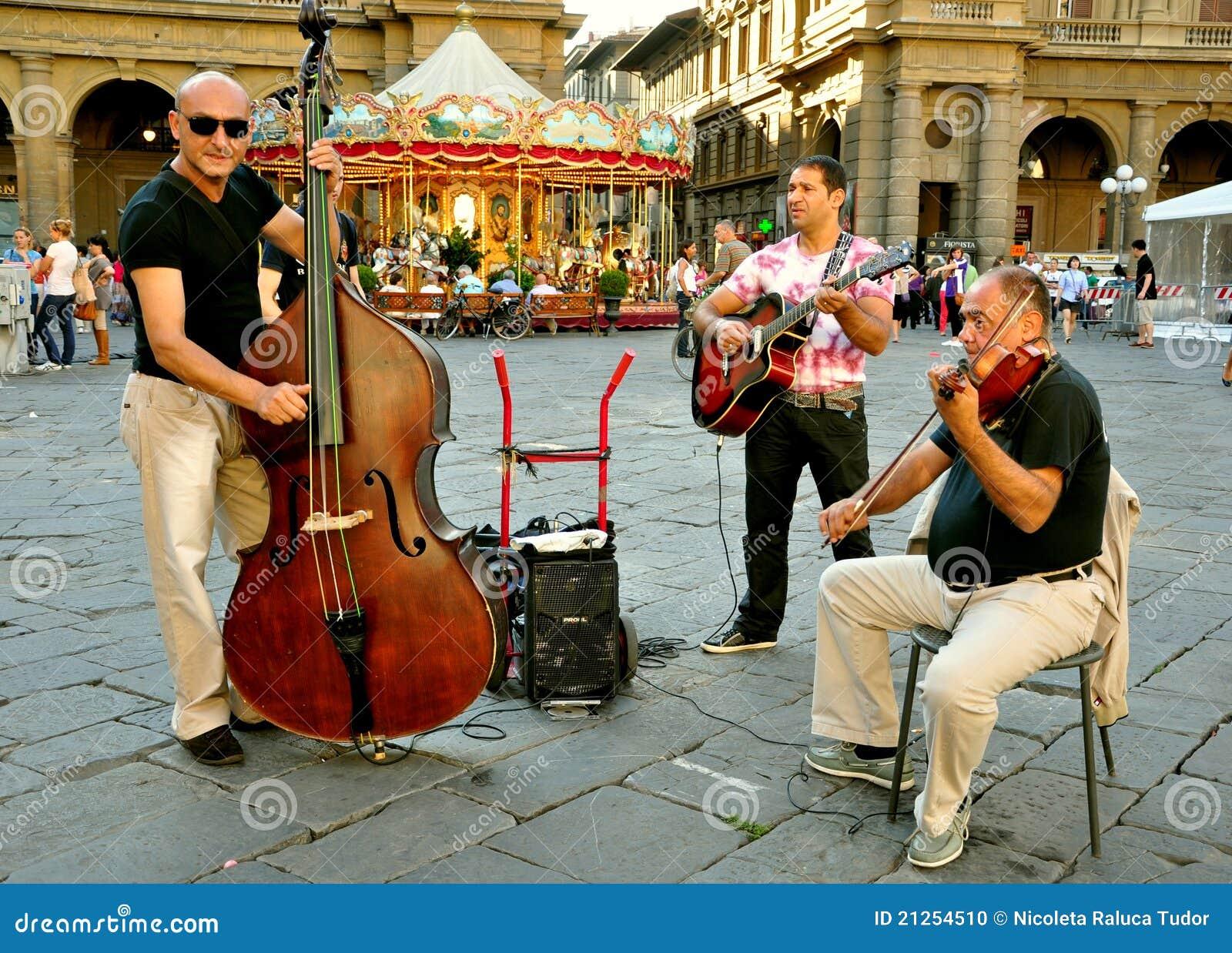Musicisti zingareschi della via in Italia