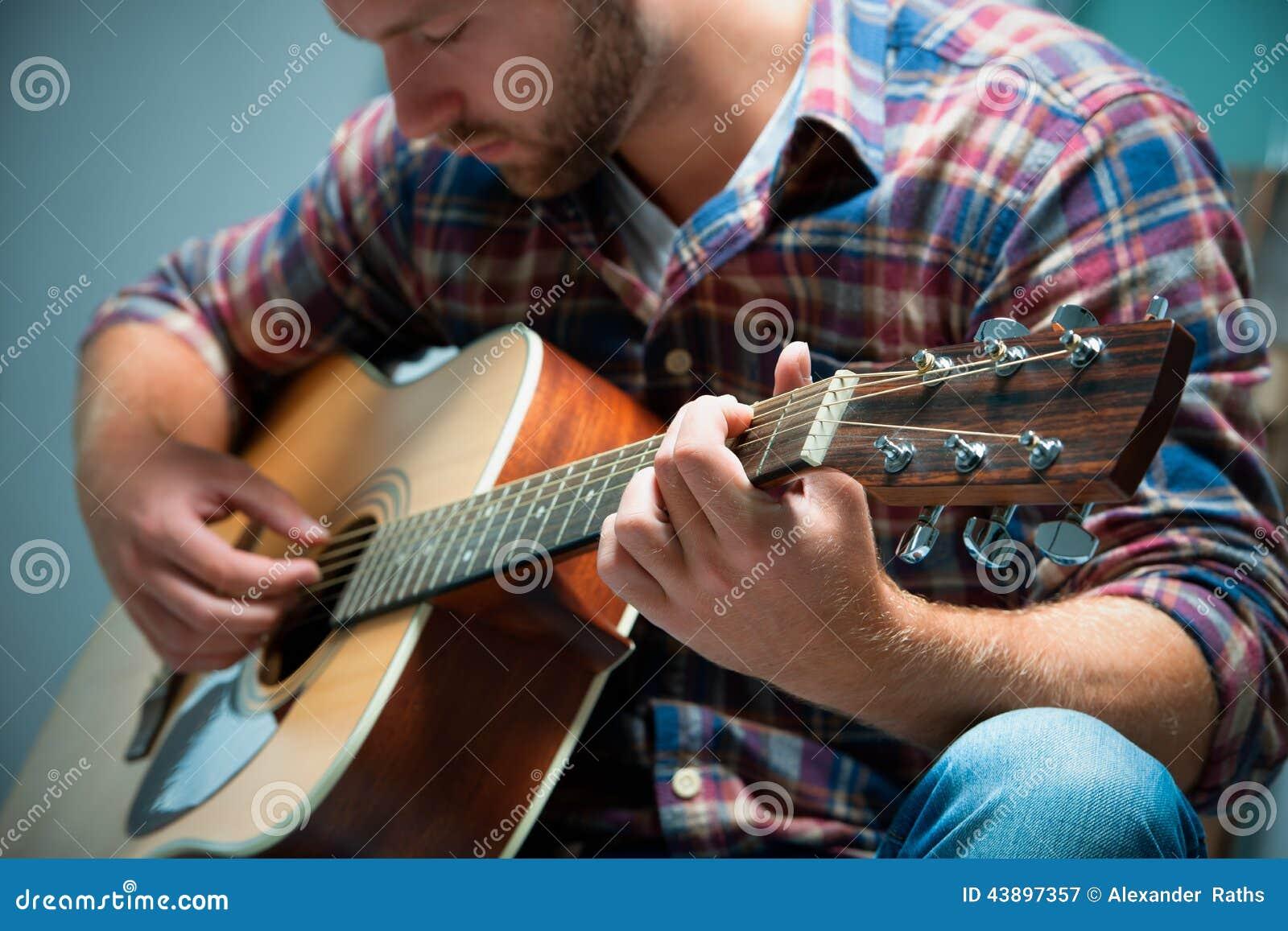 Musicus die akoestische gitaar speelt
