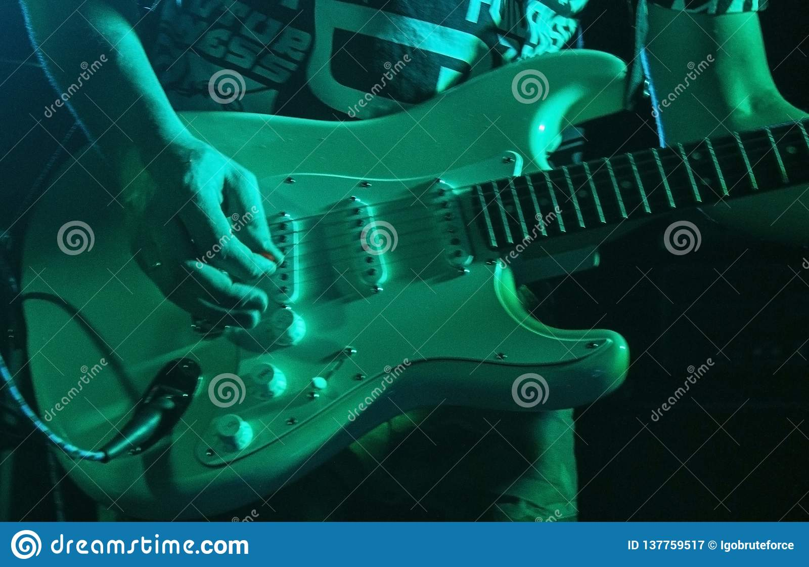 Musicus het spelen gitaar in een nachtclub