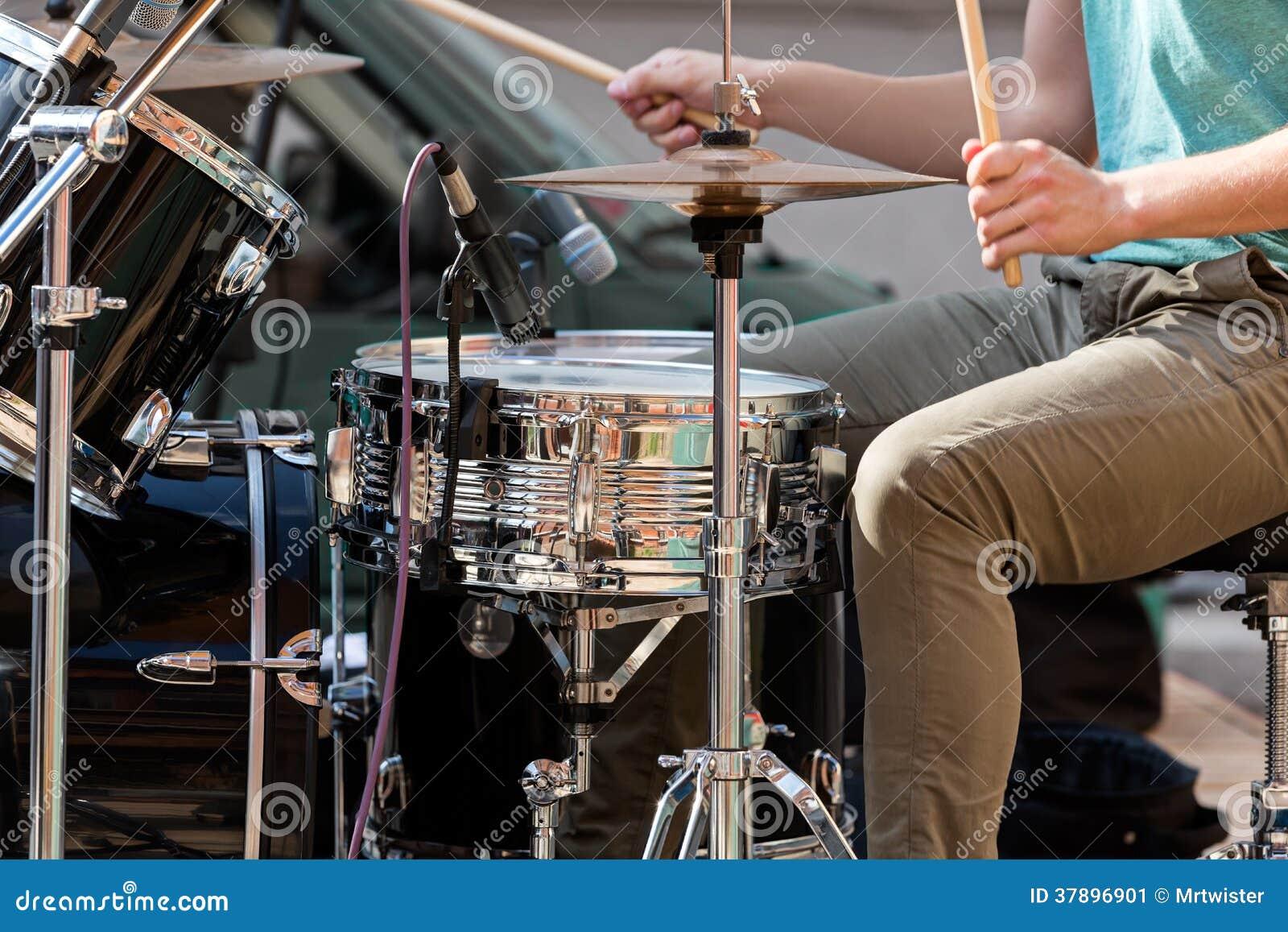 Musicus het spelen trommels op stadium