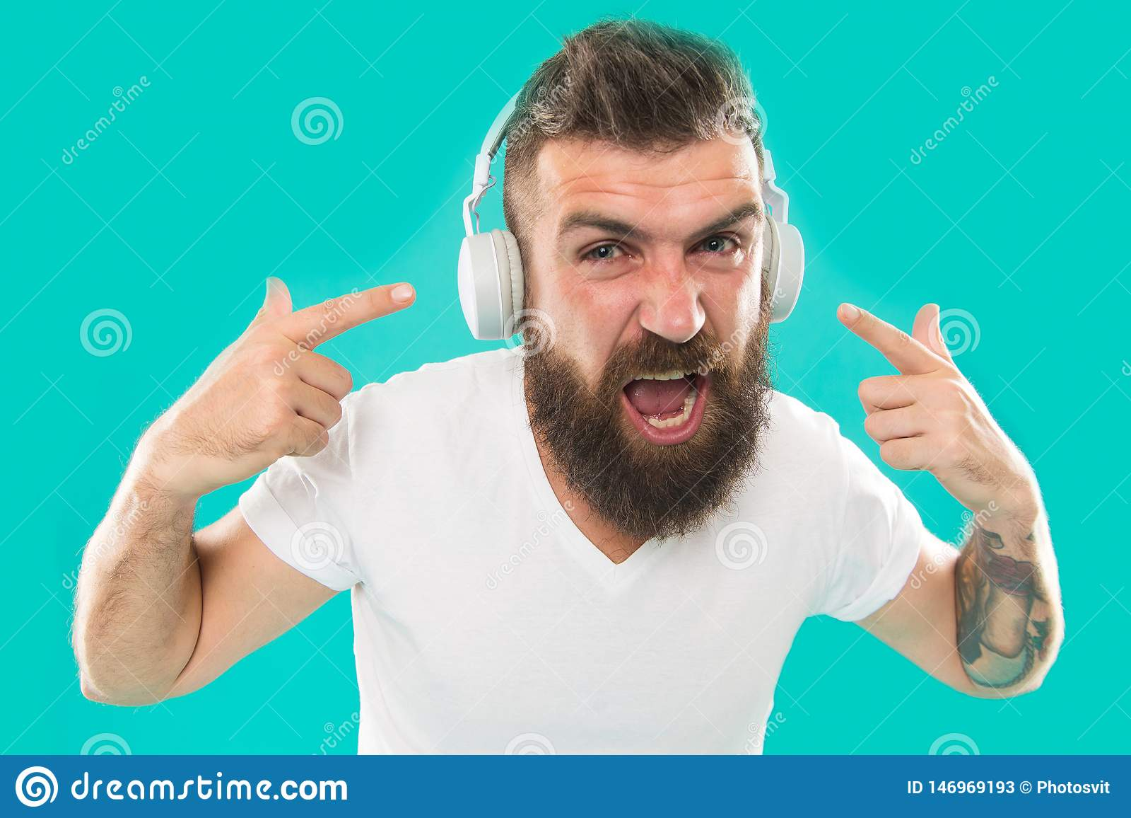 Musik-Diagramm Hippie mit h?render Musik des Bartes Stattlicher Musikfreund Mann in den Kopfh?rern Standorte strömen die wir