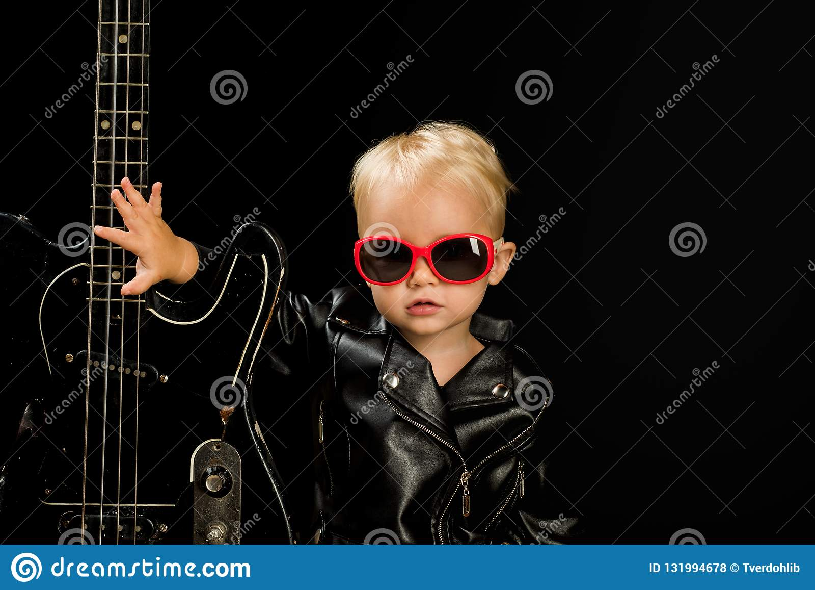 Musik för alla Förtjusande liten musikfan Liten musiker Little rockstjärna Barnpojke med gitarren gitarrist little