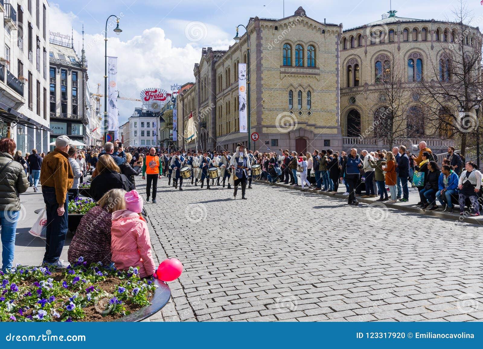 Musikalische Bänder führen durch die Straßen von Oslo, Norwegen vor