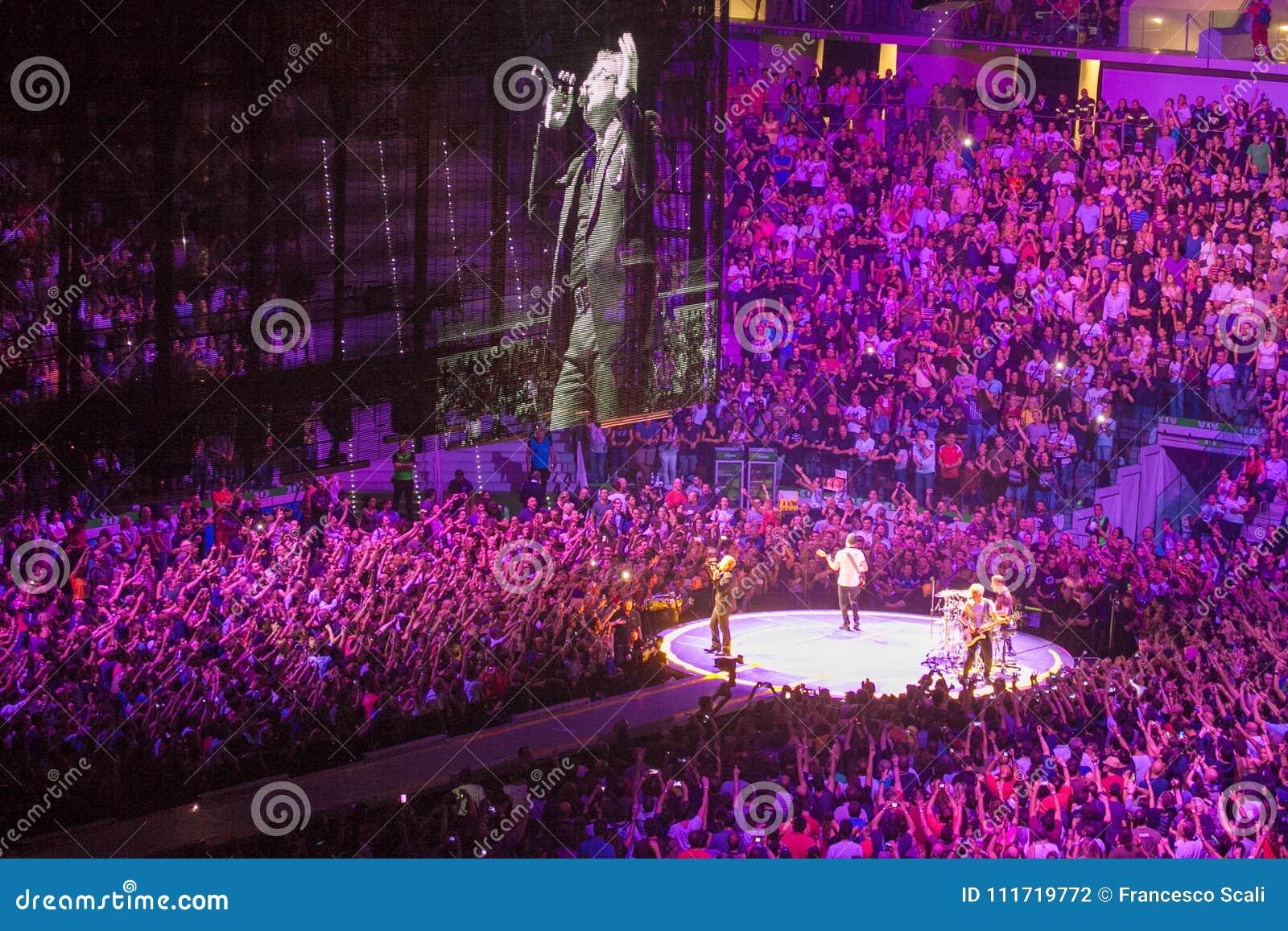 Musikband U2 som spelar i konsert i Milan