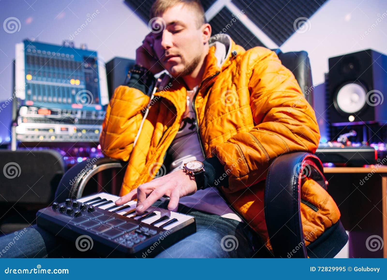 Musiker, der auf synthesizer am Studio spielt