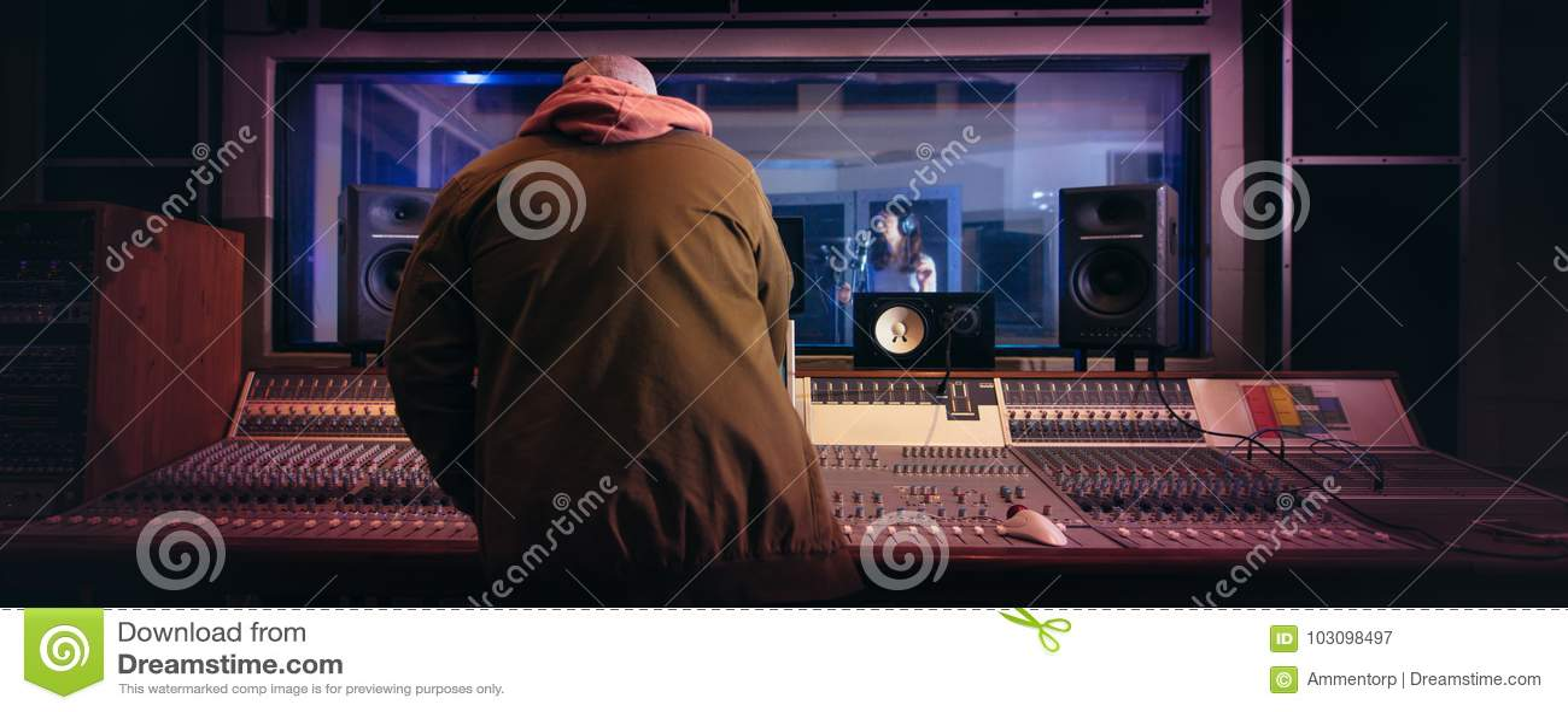 Musiker producera musik i yrkesmässig inspelningstudio
