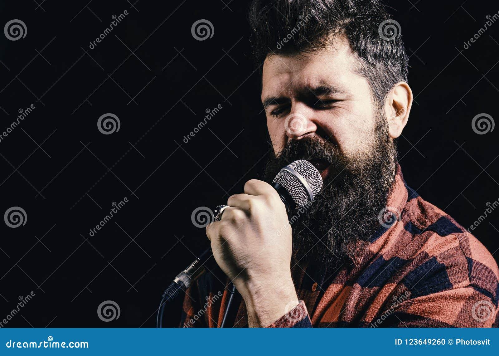 Musiker, Sänger unternimmt Anstrengung, musikalisches Wettbewerb Talent-Showkonzept zu gewinnen Mann mit angespanntem Gesicht häl