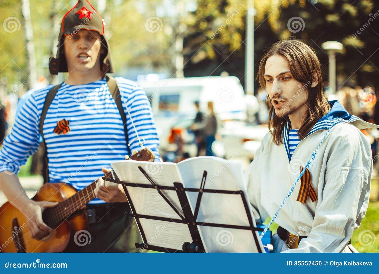 Musiker singen in der Straße