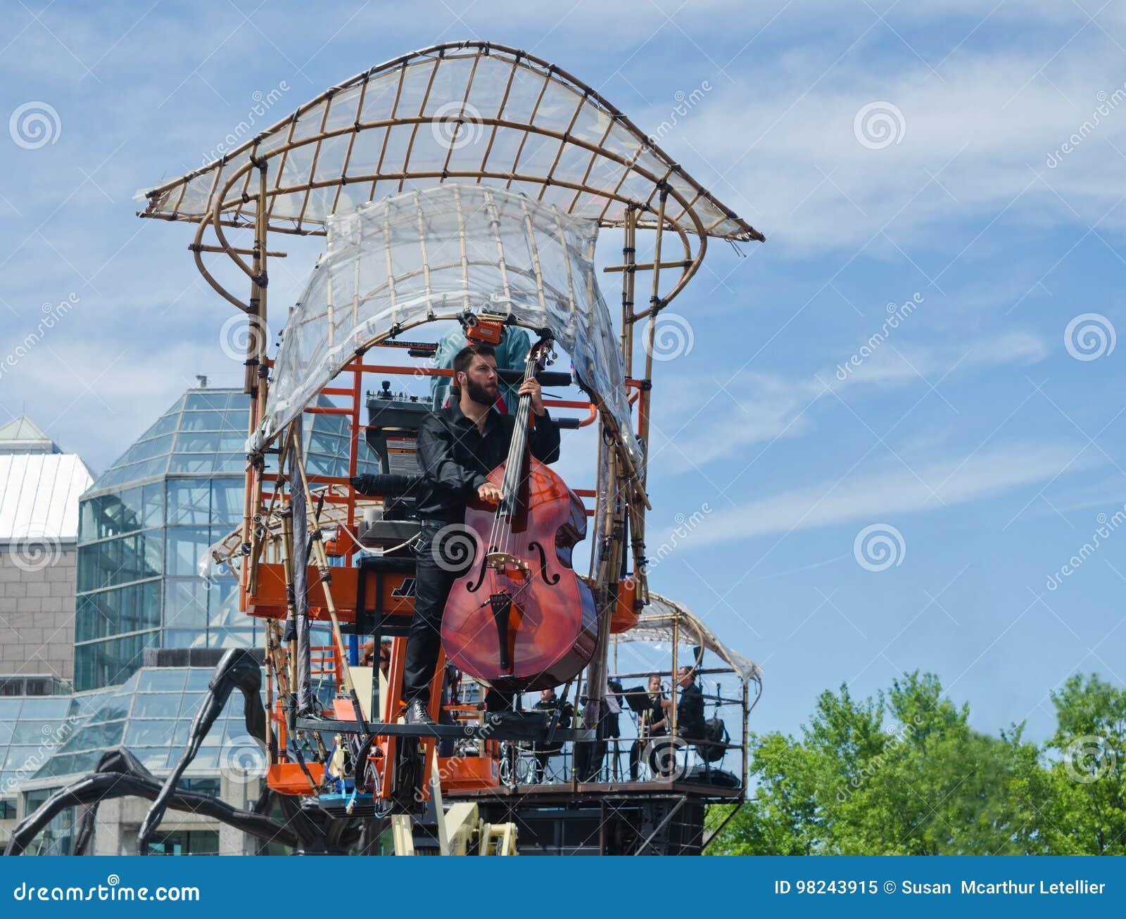 Musiker upp i luften som spelar ett basfiolinstrument