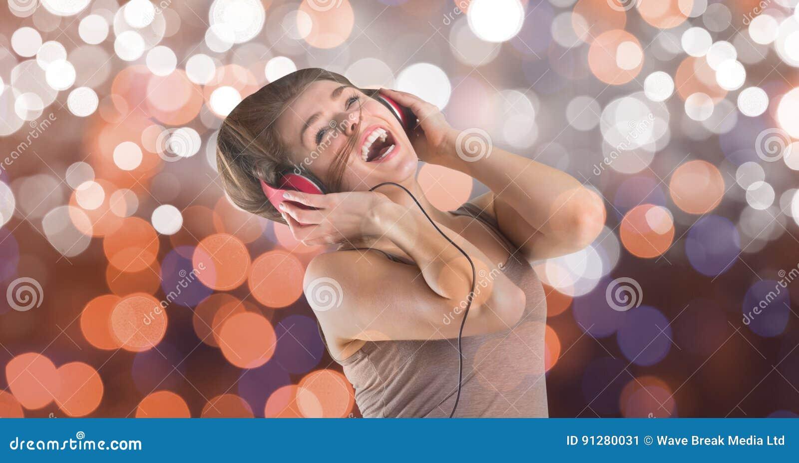Musikkonstnär som sjunger, medan bära headphonen över bokeh