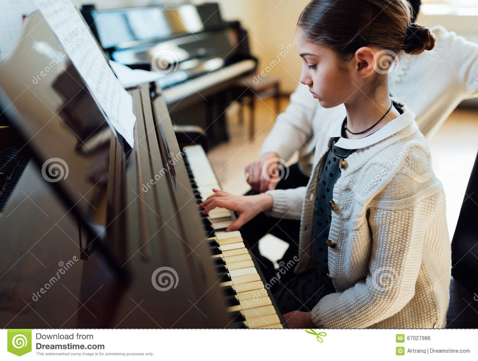Musiklärare med eleven på kurspianot