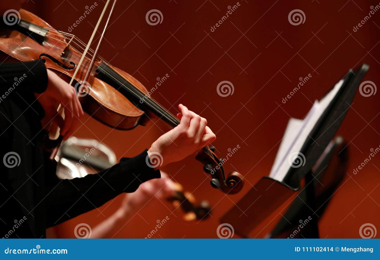 Musique classique Violonistes de concert Ficelé, violinistCloseup de musicien jouant le violon pendant un symphonie