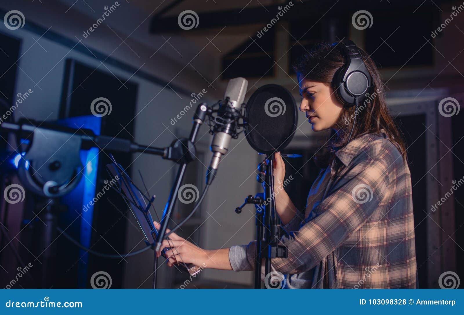 Musique d enregistrement de femme dans le studio