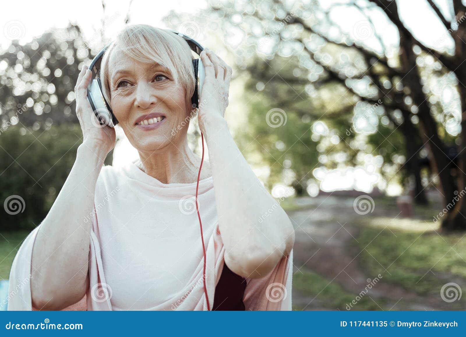 Musique de écoute femelle avec plaisir positive