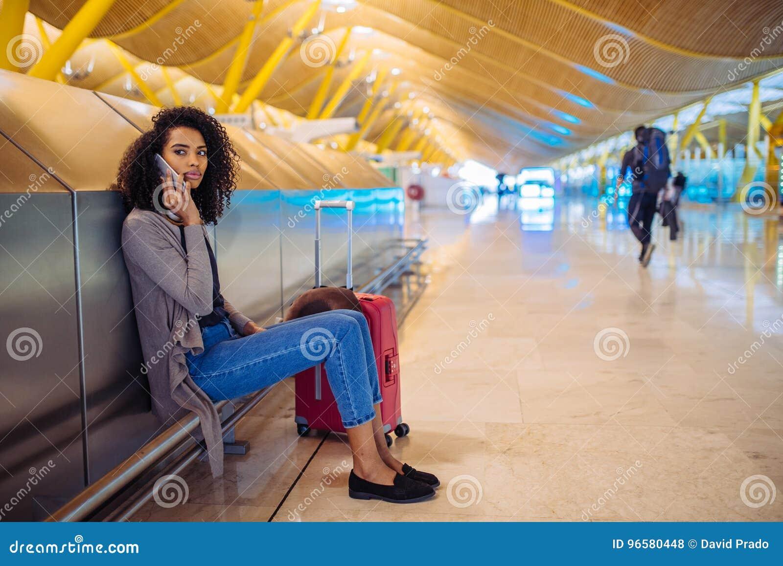 Musique de écoute de jeune femme heureuse avec des écouteurs et le pho mobile
