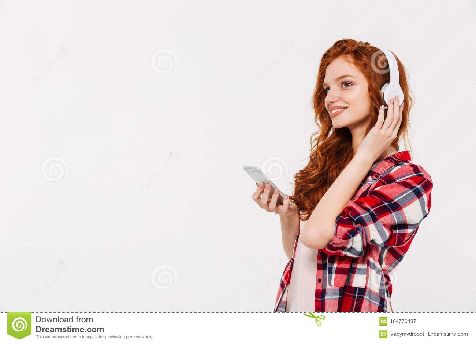 Musique de causerie et de écoute de belle jeune dame rousse étonnante