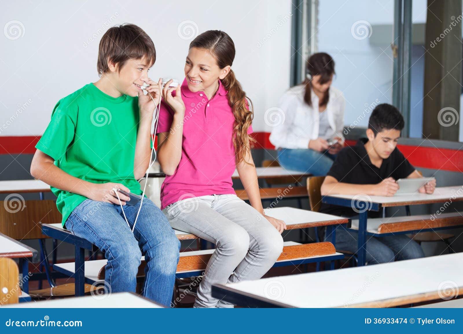 Fille en classe à l'adolescence