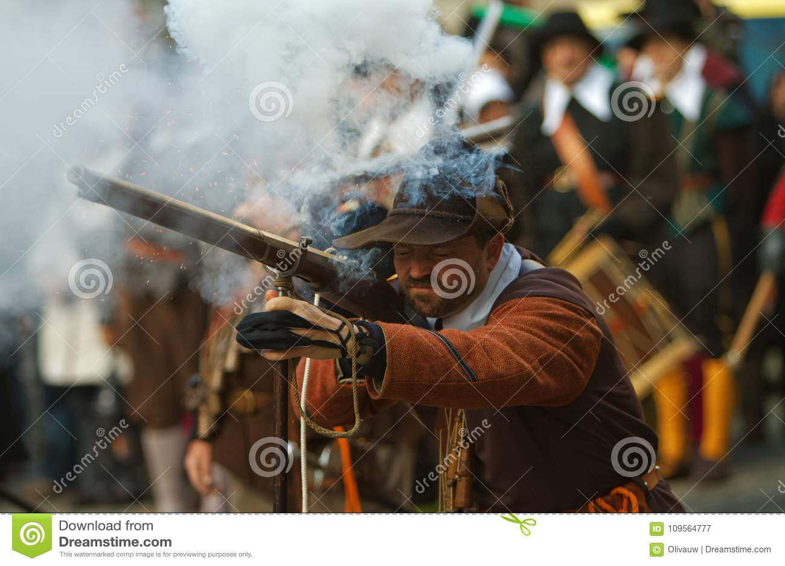 Musketör som avfyrar en Arquebuse
