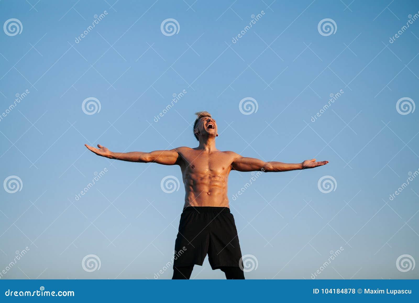 Muskulös man som ifrån varandra skriker med händer