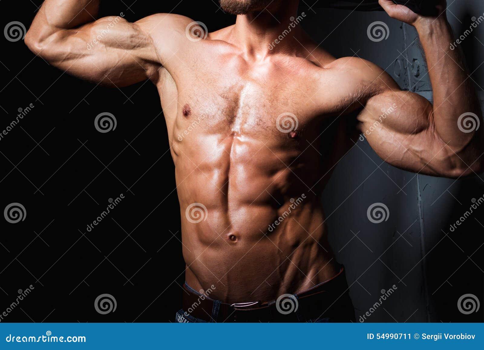 Muskulös och sexig torso av den unga sportiga mannen