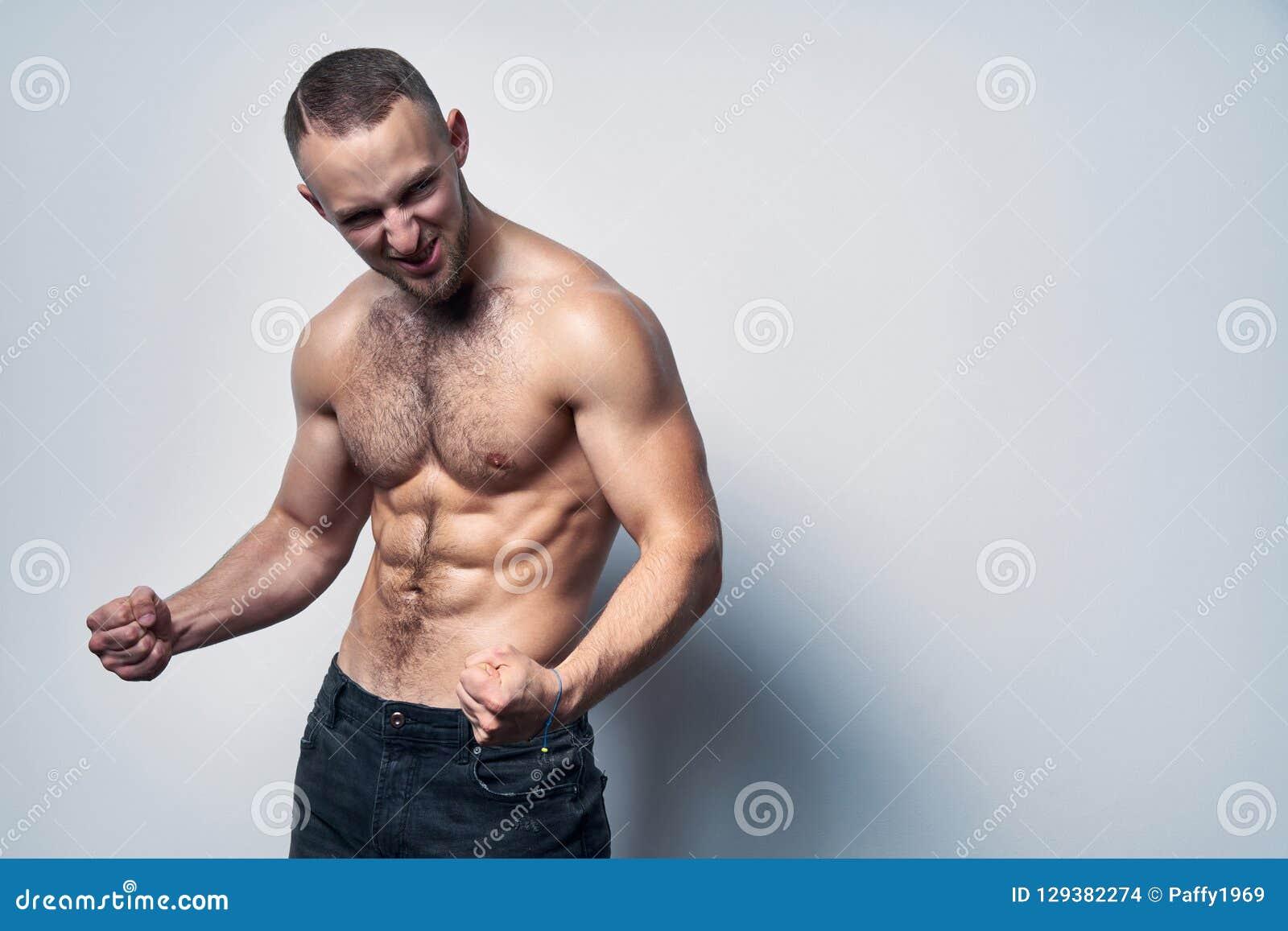 Muskulös shirtless man som firar att skrika för framgång