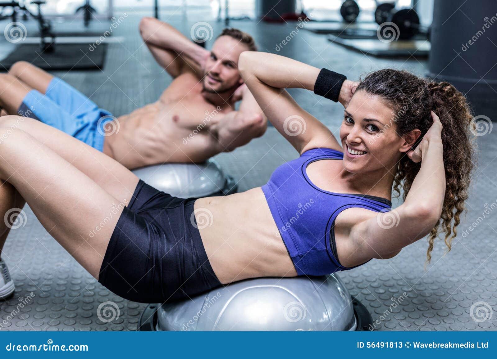 Muskulösa par som gör bosubollövningar