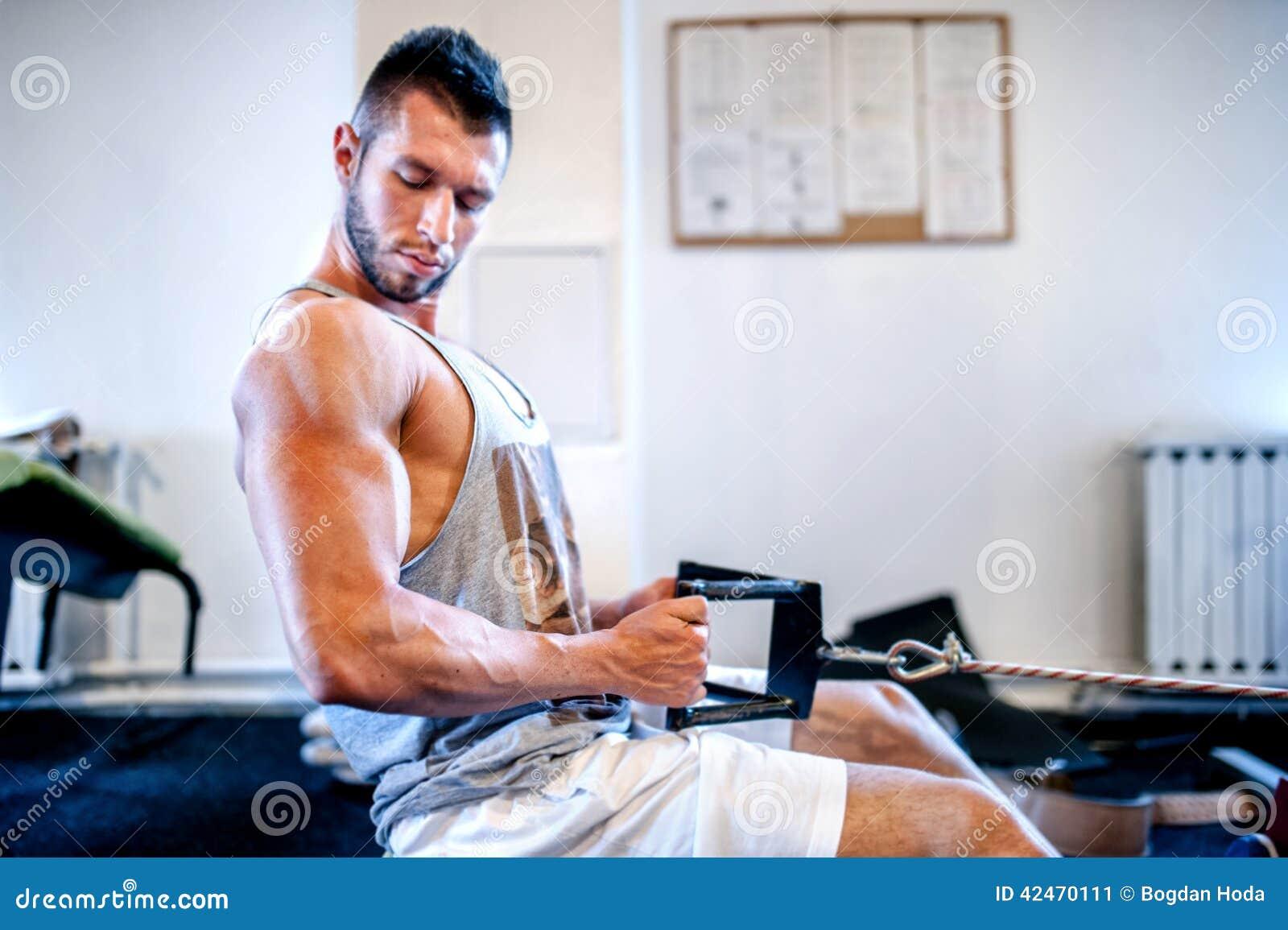 Muskulöser Mann auf täglichem Training an der Turnhalle Entspannung durch pilates Kugel