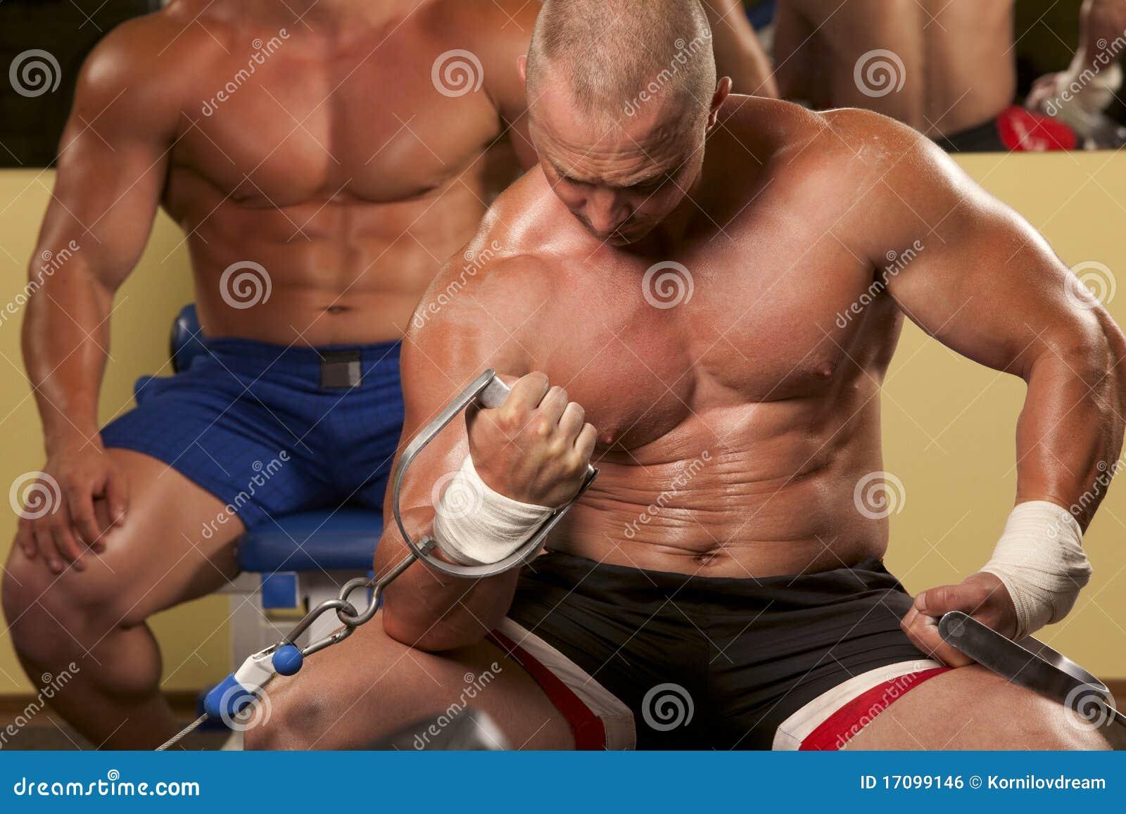 Muskulöser Mann, der Weightlifting in der Gymnastik tut