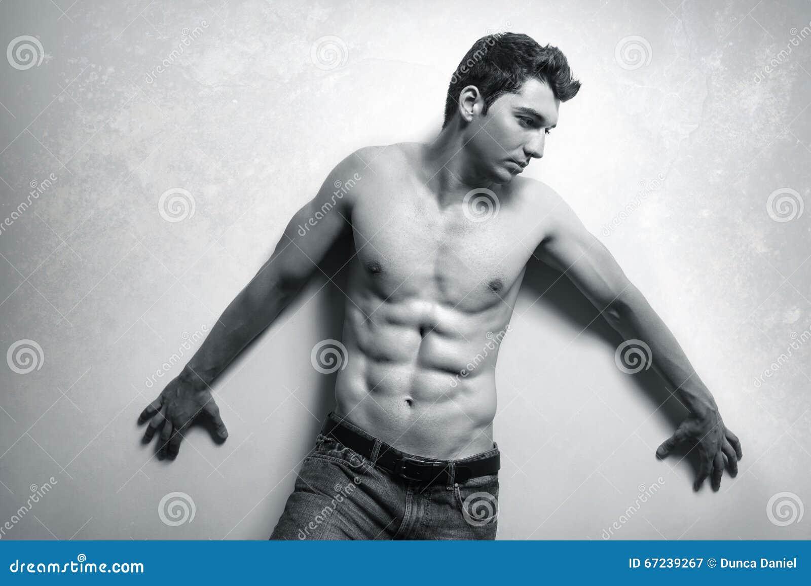 Muskulöser Mann mit sexy ABS