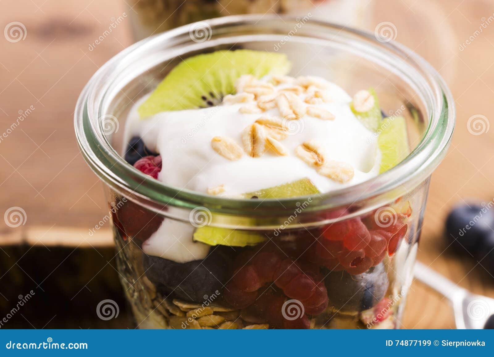 Musli serviu com joghurt e frutos frescos