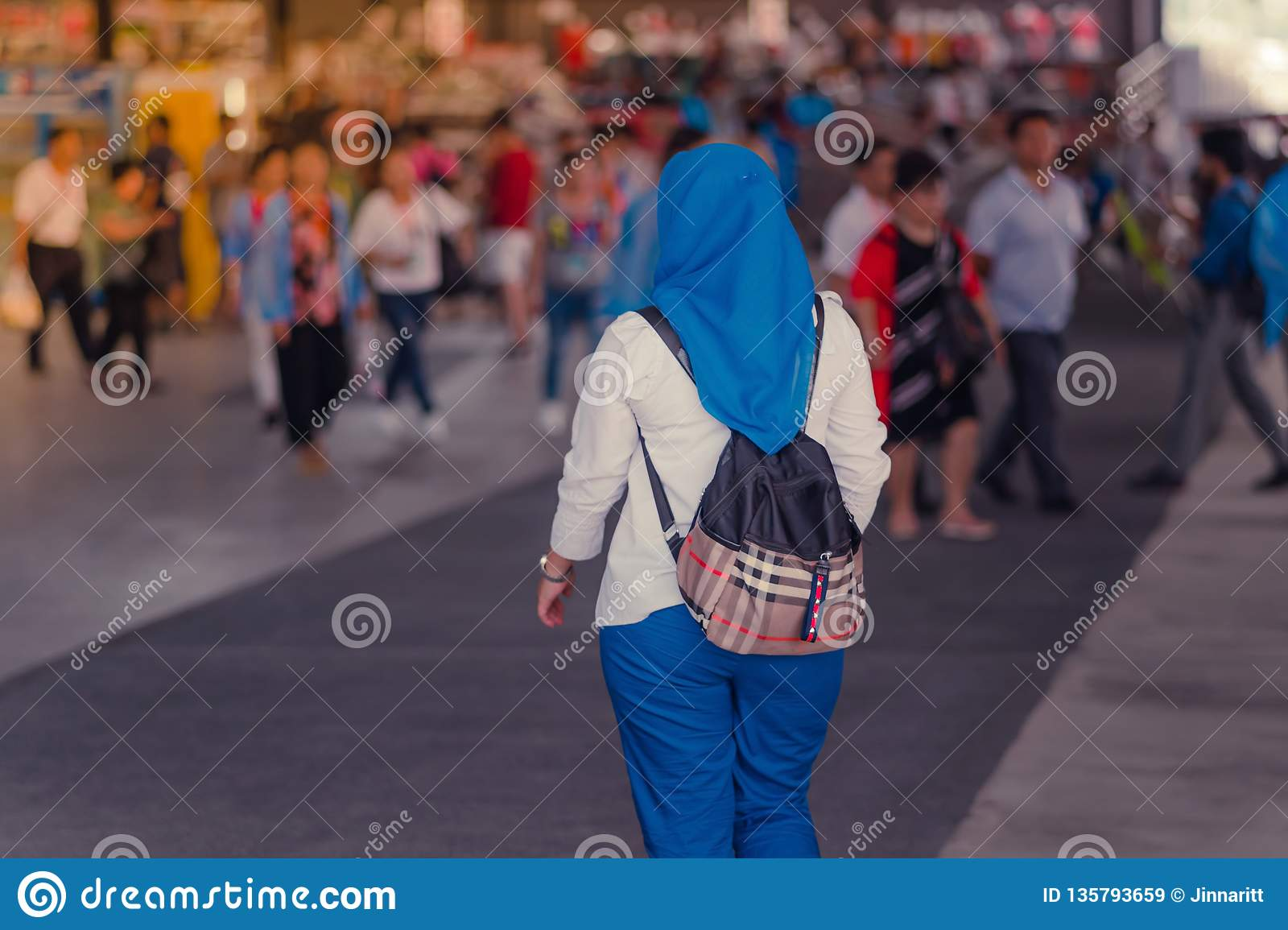Muslim Women Find Her Friends To Travel Stock Image