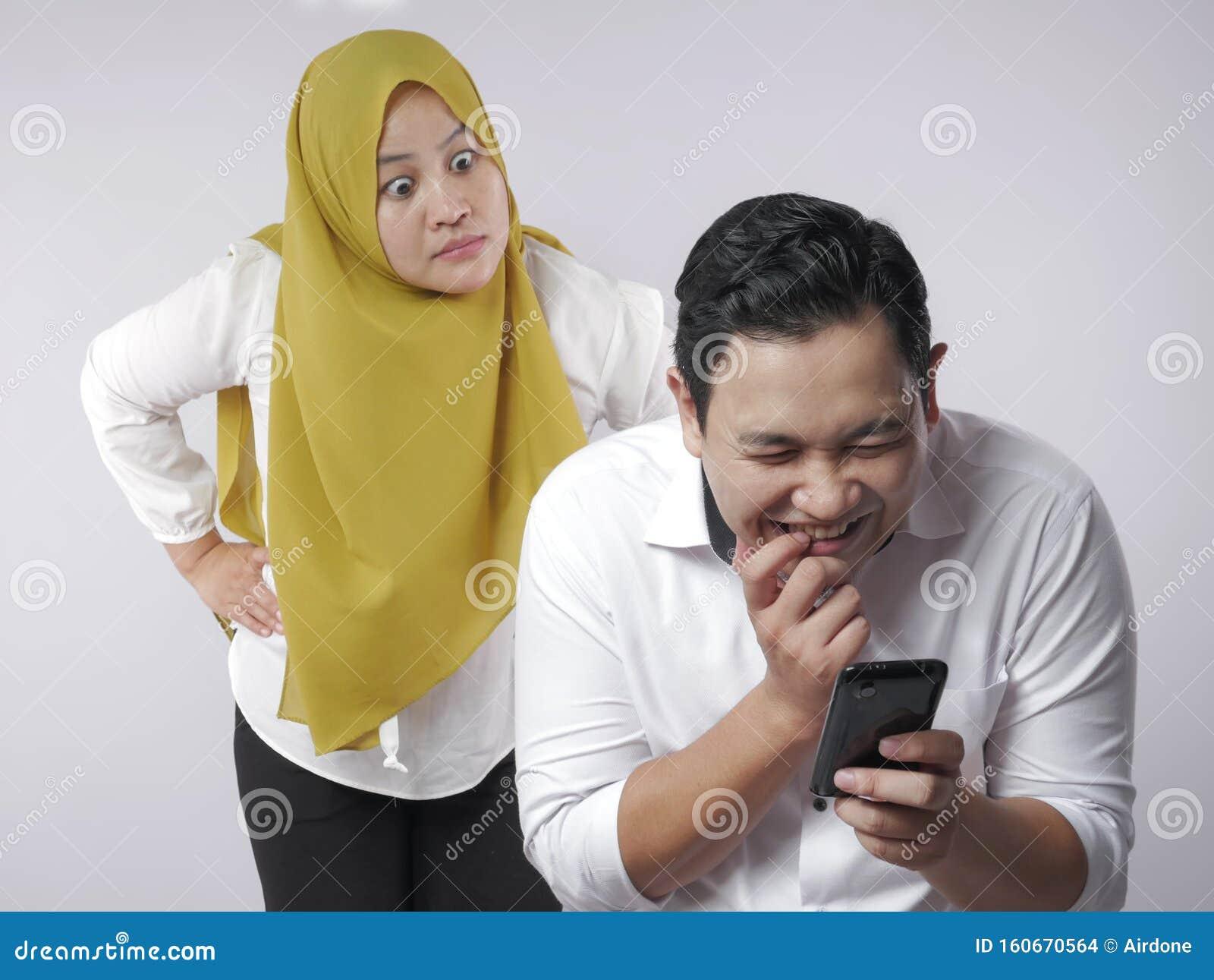 Ehefrau betrügt das Telefon