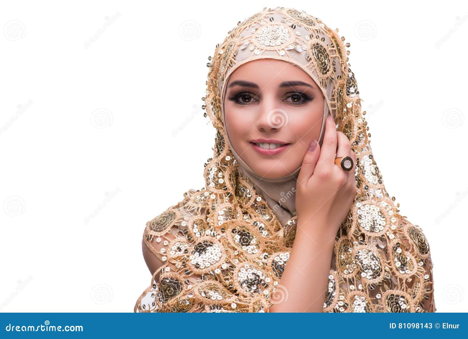 Muslimkvinnan i den guld- räkningen som isoleras på vit