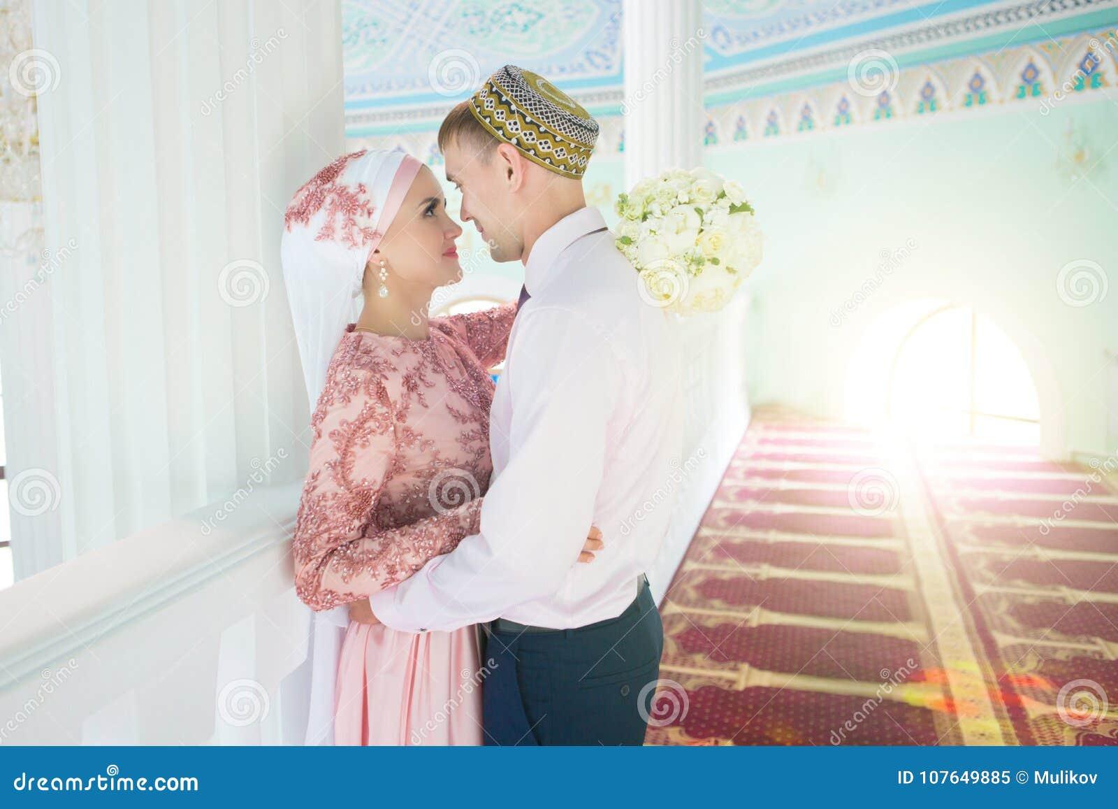Muslimsk brud och brudgum på moskén bröllop för brudceremoniblomma