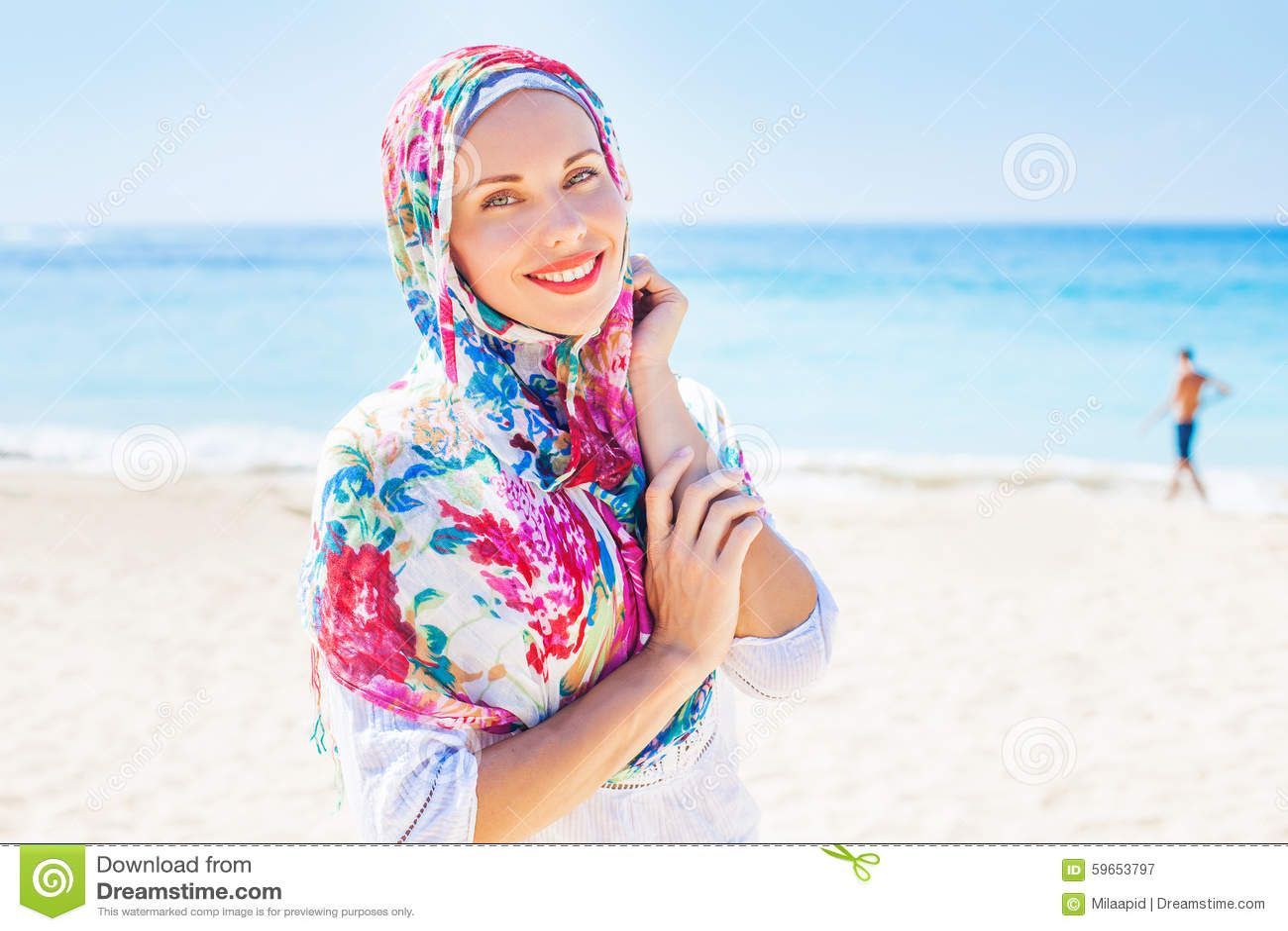 Muslimsk caucasian kvinna (för ryss som) bär den röda klänningen