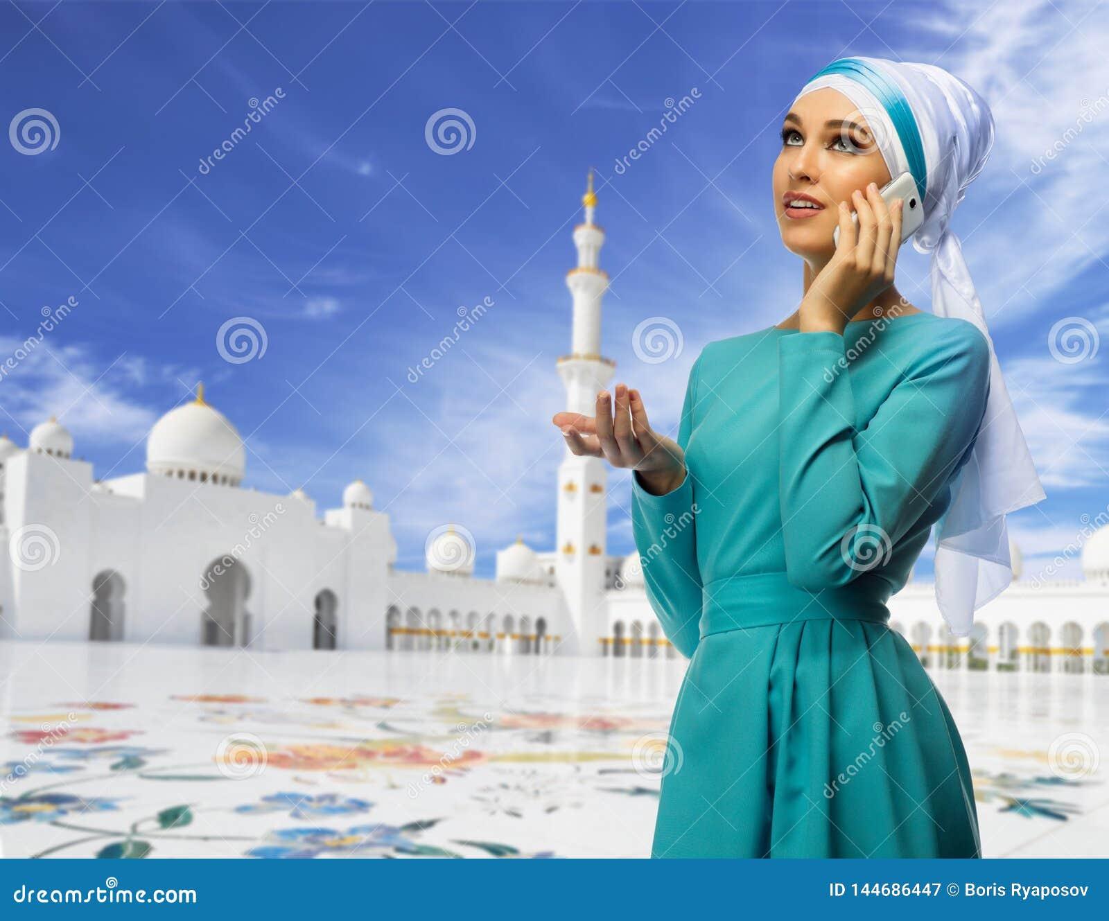 Muslimsk kvinna p? mosk?bakgrund