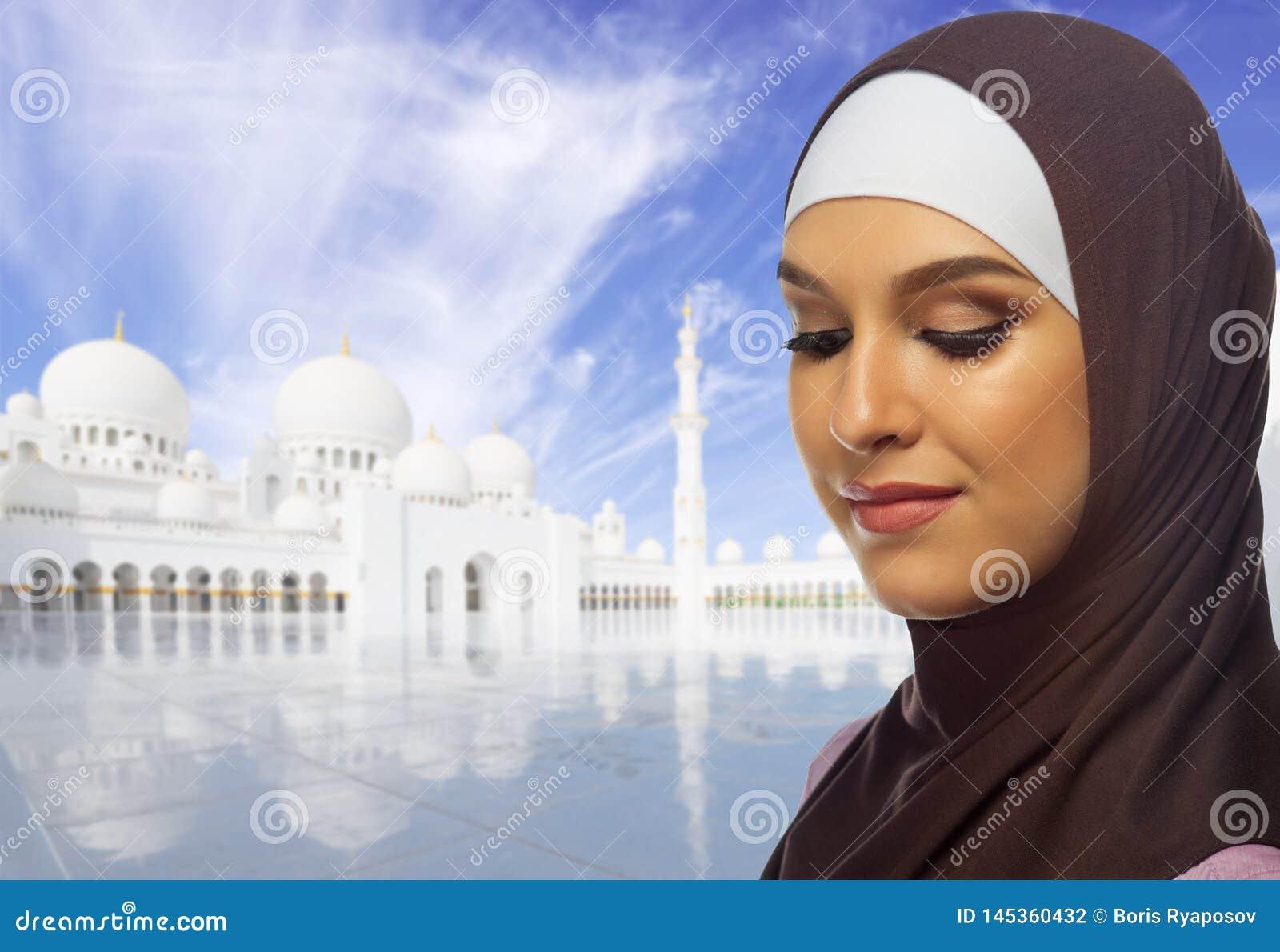 Muslimsk kvinna p? vit mosk?bakgrund