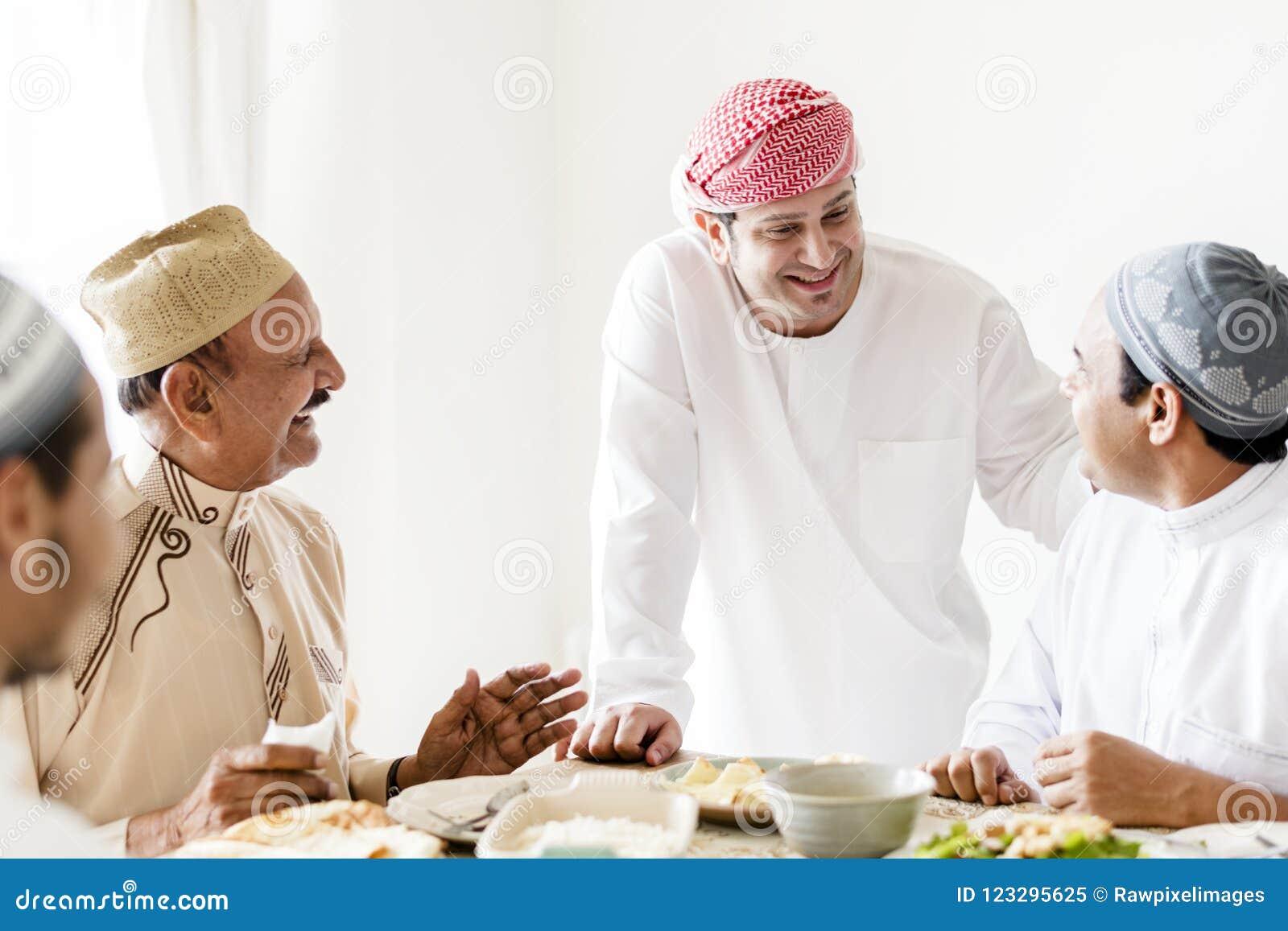 Muslimska män som firar att avsluta av Ramadan