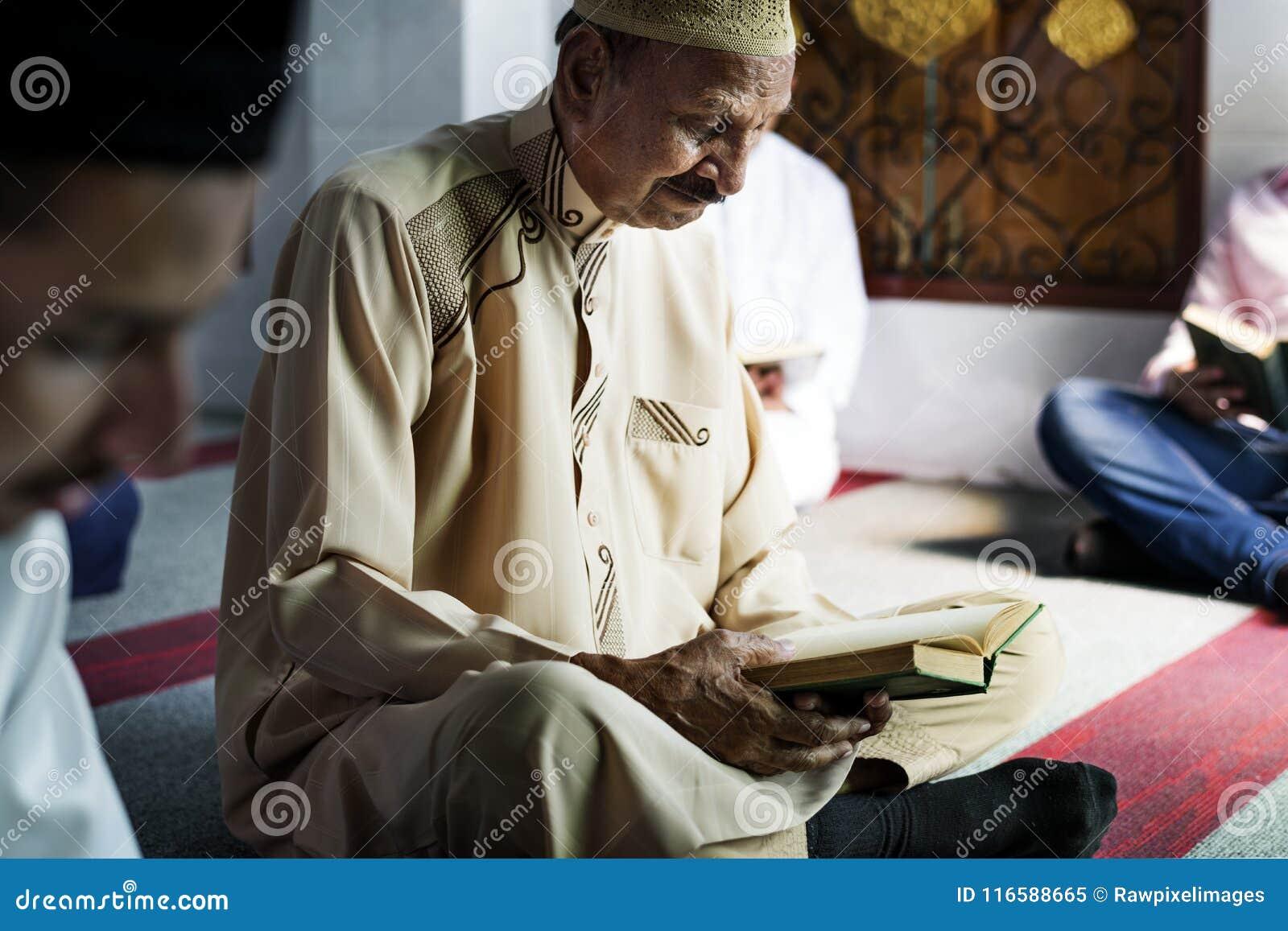 Muslimska män som läser Quran under Ramadan
