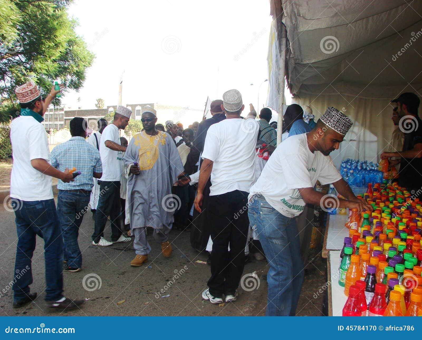 Muslimska volontärer fördelar fruktsaft