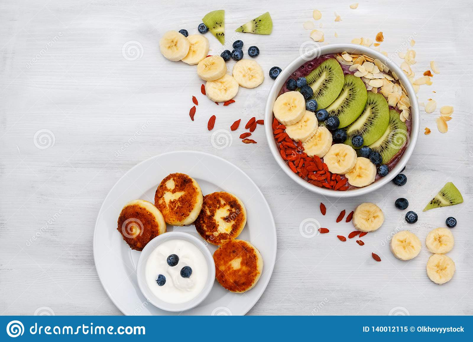 Musse do fruto em umas bacias para o batido orgânico fresco do café da manhã saudável feito da banana, quivi, spirulina, wheatgra