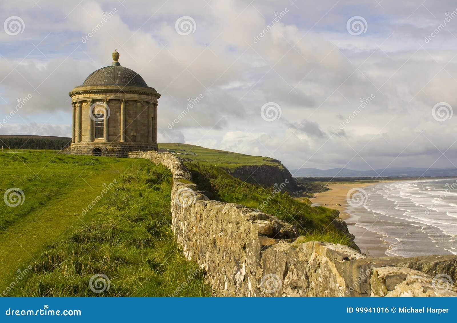 Mussendentempel op bergaf Demesne in Provincie Londonderry op de het Noordenkust wordt gevestigd van Ierland dat