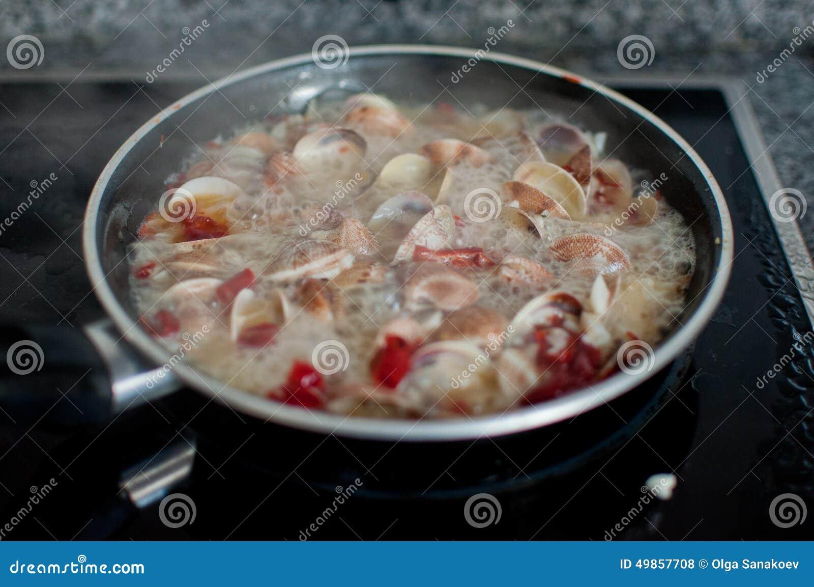 Musslor som lagar mat för spagettivongole