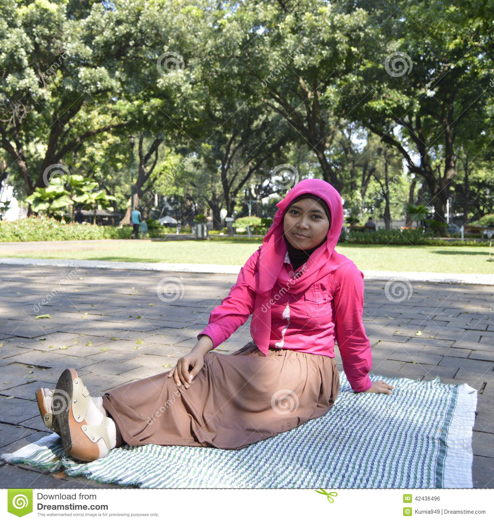 Musulmanes femeninos hermosos que se sientan al aire libre