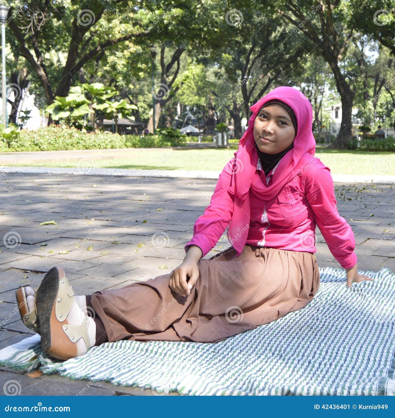 Musulmanes femeninos hermosos que sientan al aire libre 2