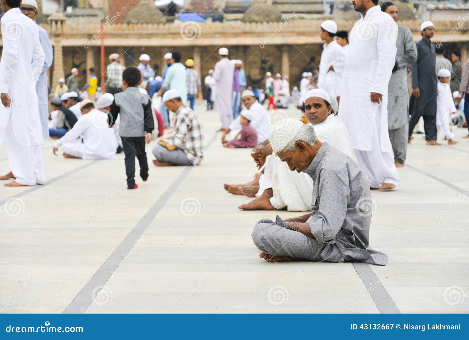 Musulmani che celebrano Eid al-Fitr che segna la conclusione del mese del Ramadan