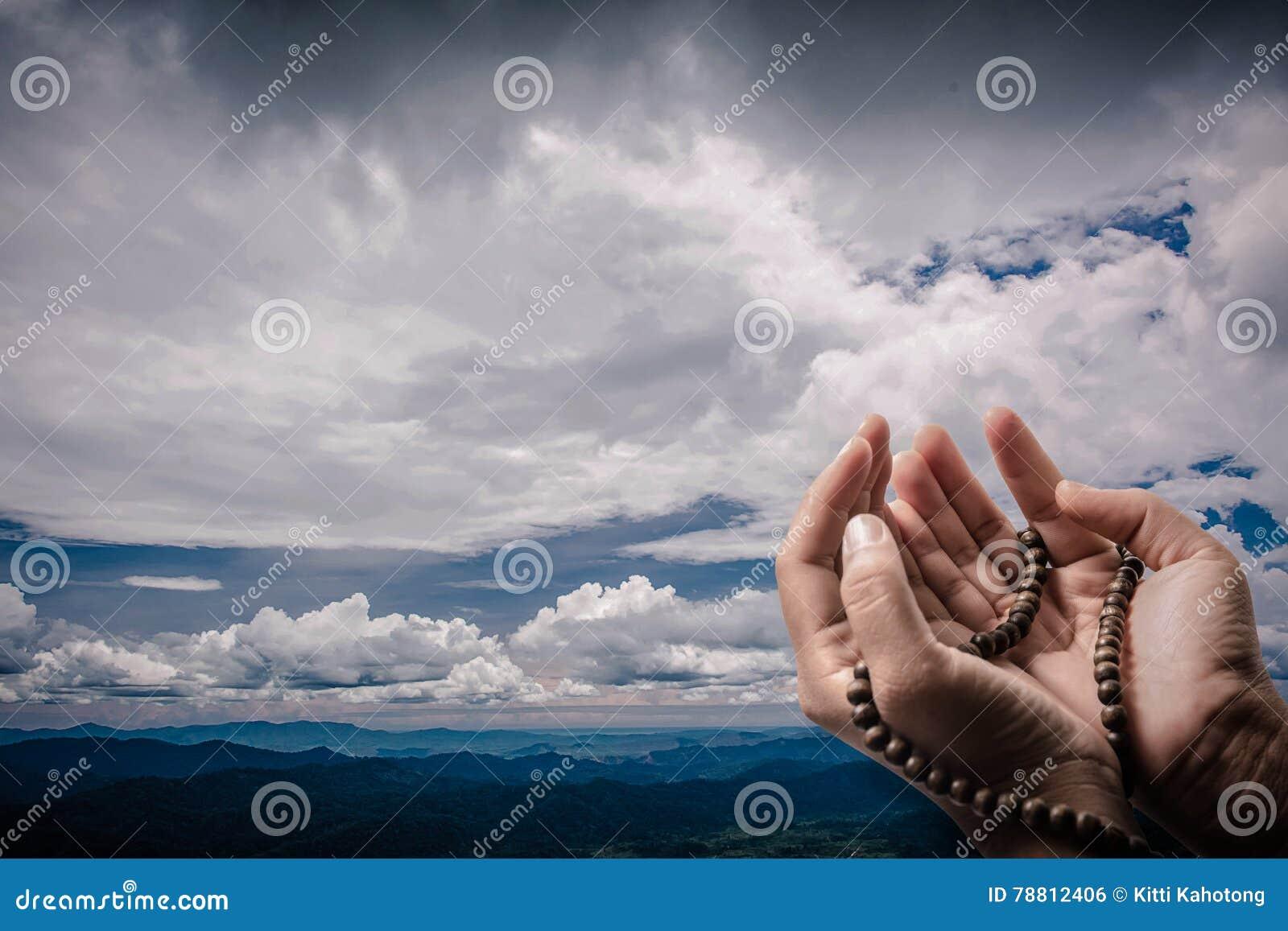 La Credenza In Dio : Musulmani che pregano per allah dio illustrazione di